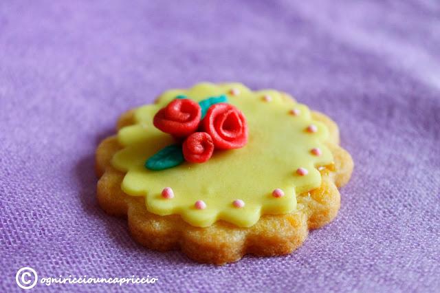 biscotti decorati con pasta di zucchero e... un anno insieme!