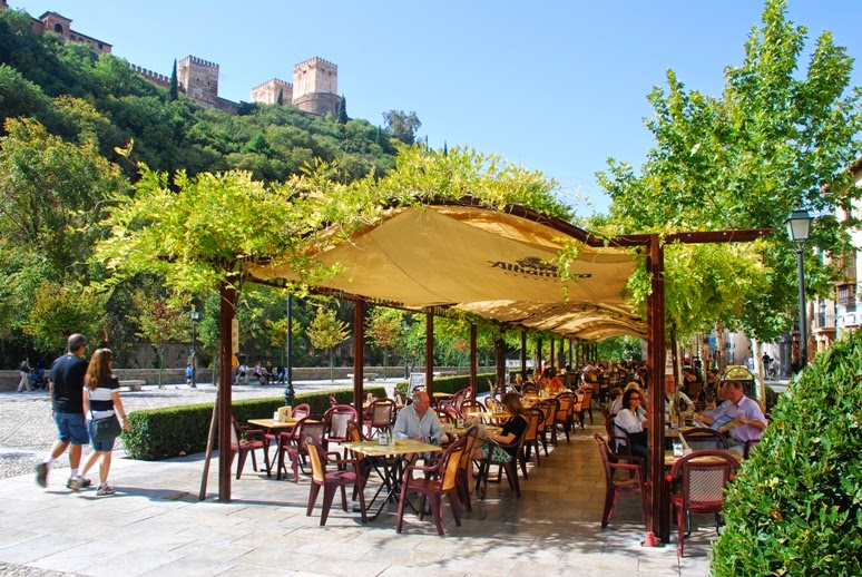 De tapas por Granada con la Alhambra de fondo