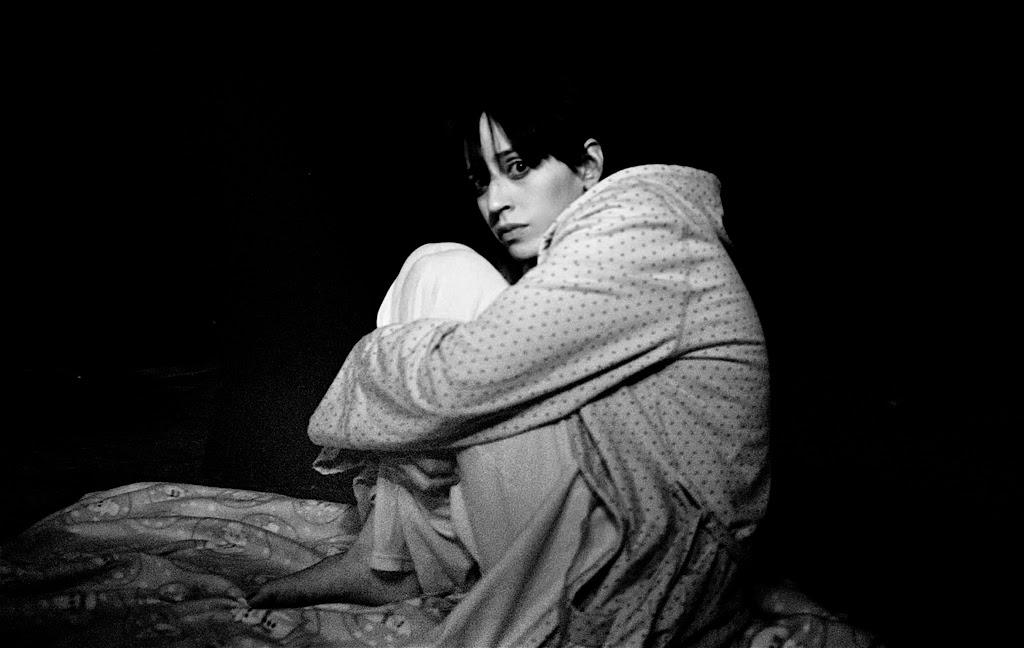 Mujer asustada en cama