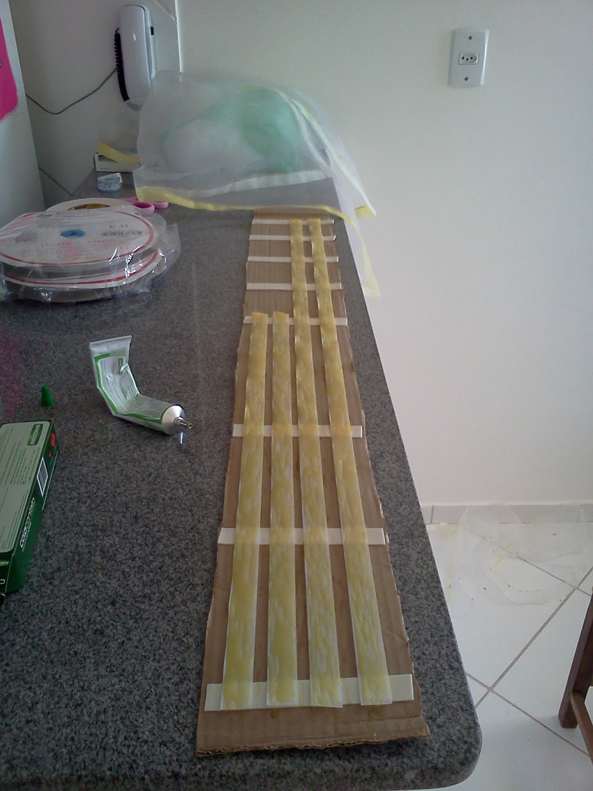 práticas: Como fazer tela mosquiteiro para janelas com cola e VELCRO #77684A 1200x1600
