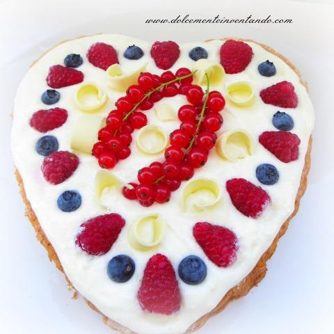 torta cuore di bosco allo yogurt greco e riccioli di cioccolato bianco