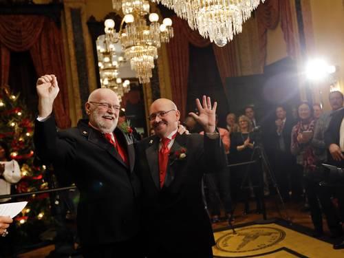 James Scales e William Tasker comemoram o casamento em Baltimore (Foto: Patrick Semansky / AP)