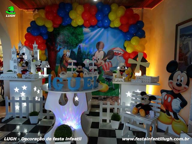 Mesa decorada provençal com o tema do Mickey Mouse para festa de aniversário infantil
