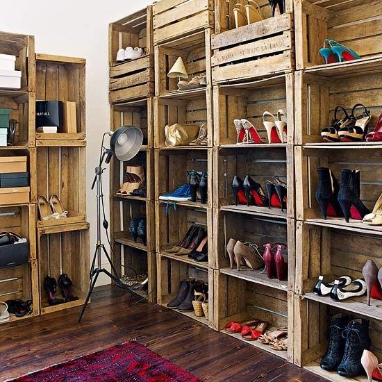 sapateira feita com caixotes de madeira para um closet
