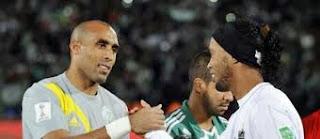 VIDEO. Ronaldinho dépouillé par ses adversaires