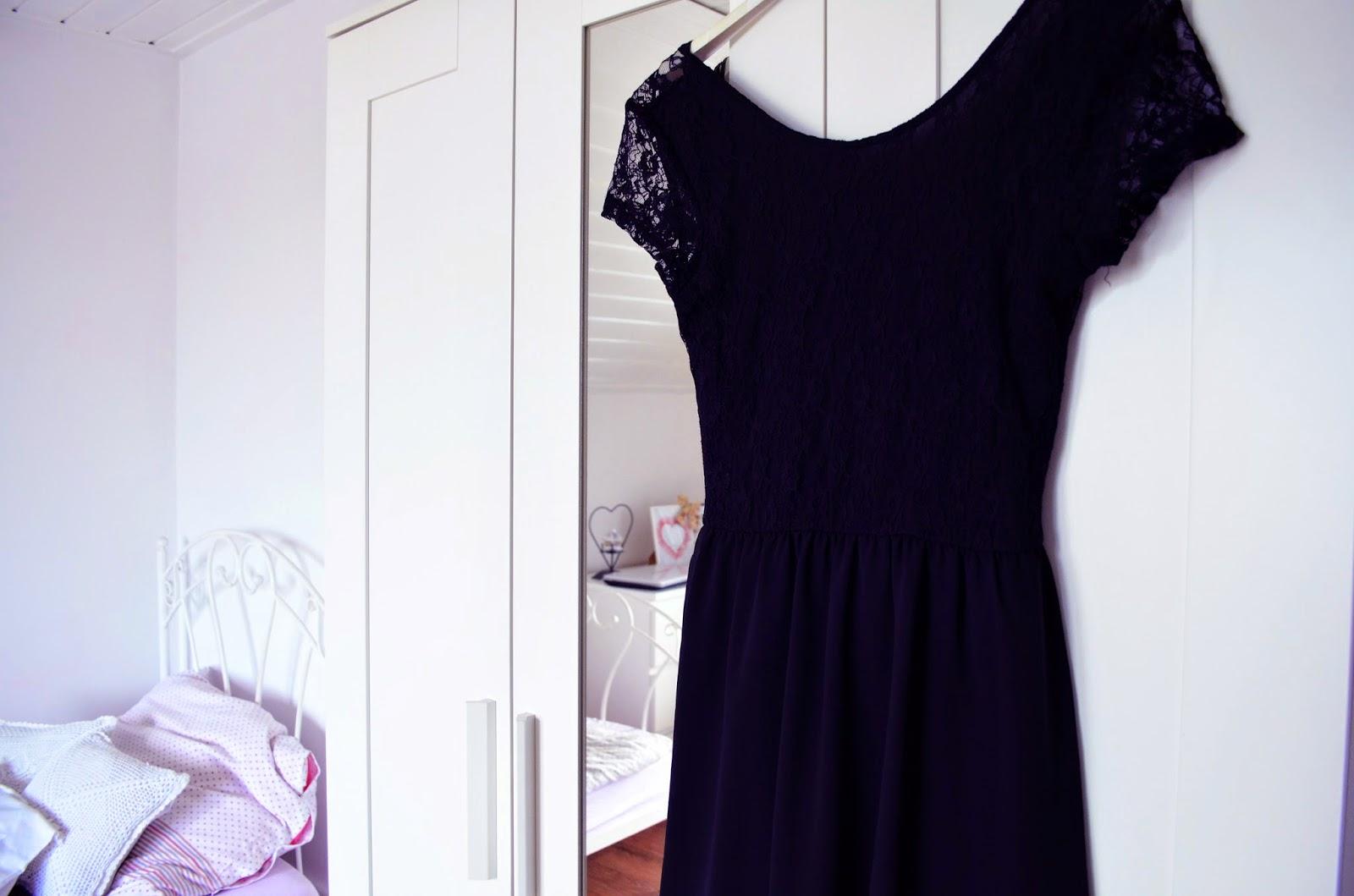 white room, romantic style, biały pokój, białe meble, sypialnia biała, łóżko białe, rustical style, decor, wnętrze białe, lifelookangies, sukienka, bordo, czarna sukienka