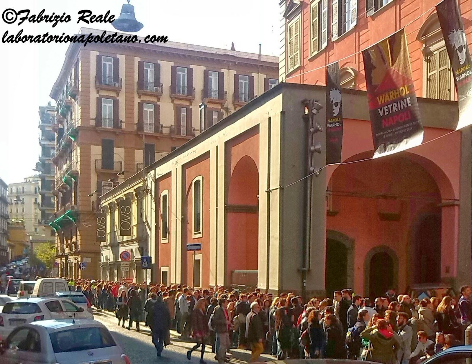 Enorme successo per l inaugurazione della mostra su Andy Warhol al Pan alle 17 di oggi una fila lunghissima di persone in attesa di entrare occupava un