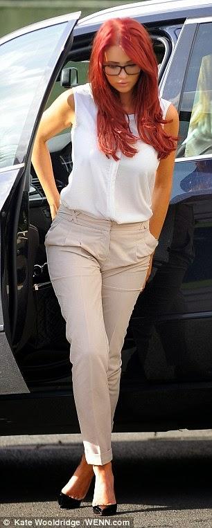 ايمي تشايلدز تبدو متشجعة خلال ظهورها للمرة الأولى منذ حادث إنقلاب سيارتها