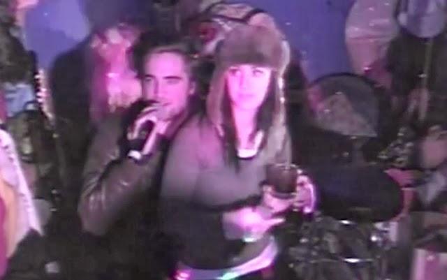Katy Perry y el actor Robert Pattinson se divierten junto en karaoke