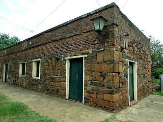 Prédio construído sobre as ruínas de casas indígenas da redução de Yapeyú.