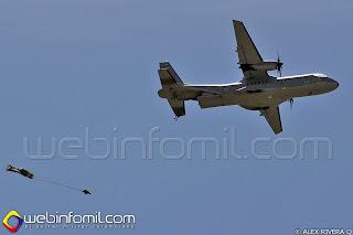 Paracaidista saltando desde un avión CASA C-295 de la Fuerza Aérea Colombiana.