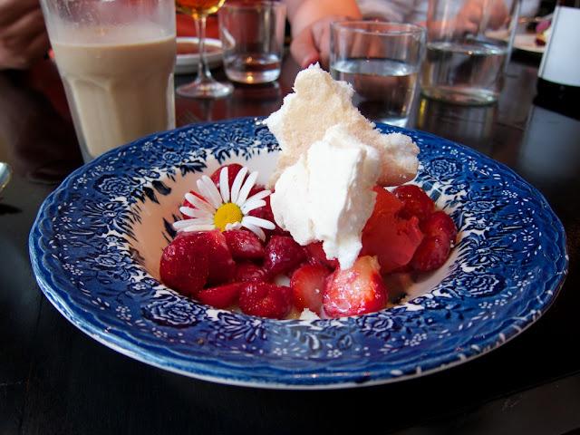 mansikoita, marenkia ja vaniljakastiketta