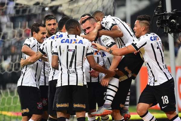 Vasco perde por 3x0 para o Corinthians e agoniza na zona de rebaixamento do Brasileirão. Roth é mantido no cargo.