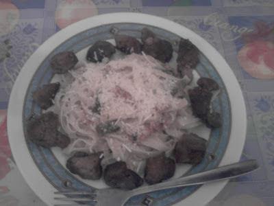 Ταλιατέλες  με  ζαμπόν, μπέικον, κρέμα  γάλακτος  και  τηγανιά  με  κρασί