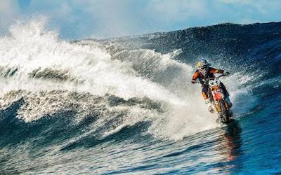 O Robbie Maddison σερφάρει με μοτοσυκλέτα -  Μετά τον Ισθμό της Κορινθου, στη θάλασσα της Ταϊτής