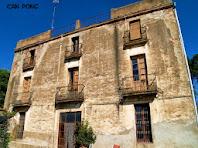 Façana principal, situada a migdia, de Can Ponç o es pot apreciar la seva simetria