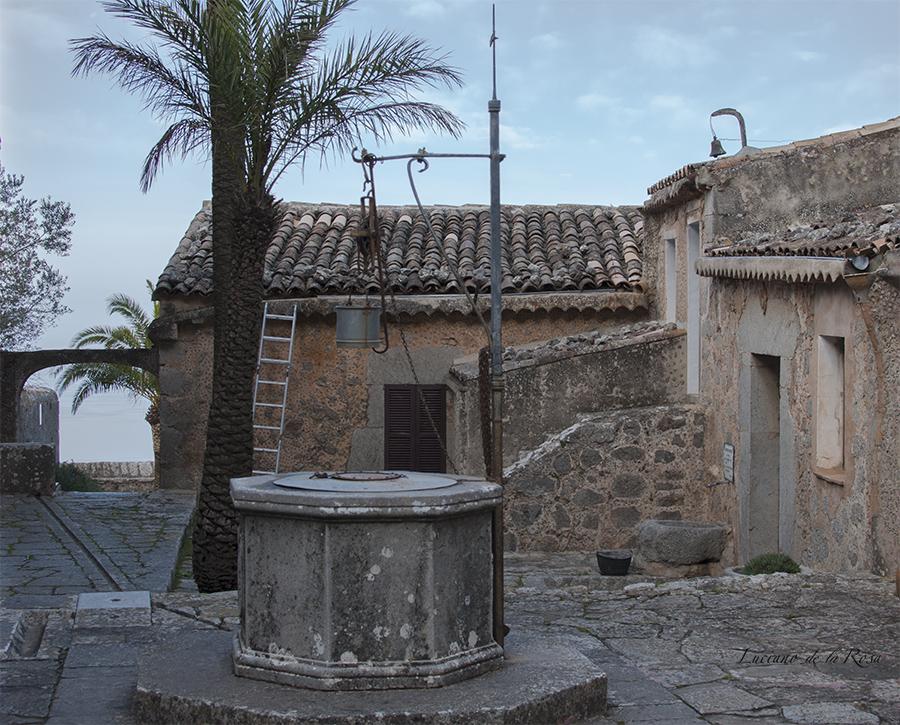 Patio interior de la ermita de Valldemossa donde se encuentra un pozo de agua.