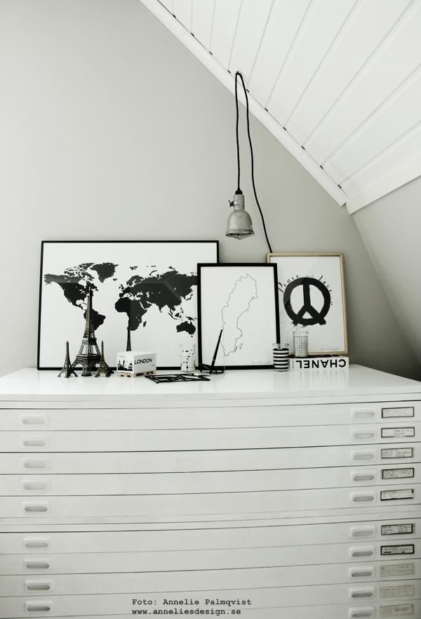 arkivskåp, vitt, bygglampa, världskarta 50X70 cm, stor tavla, svartvita tavlor, världskartor, världskartan, karta, kartor, sverige, poster, posters, print, prints, konsttryck, annelies design & interior, anneliesdesign, webbutik, webbutiker, svartvita glaslyktor med ljus i, randigt, svartvitt randigt, peacetavla, peace, guldram, guldramar, tips på ram, memoblock med london, memo, block på lastpall, minilastpall, miniatyr lastpall, eiffeltorn, eiffeltornet i inredningen, inredning, inredningsdetaljer,