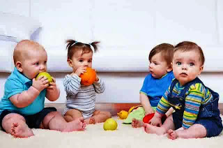 Foto bayi-bayi lucu lagi asyik bersama
