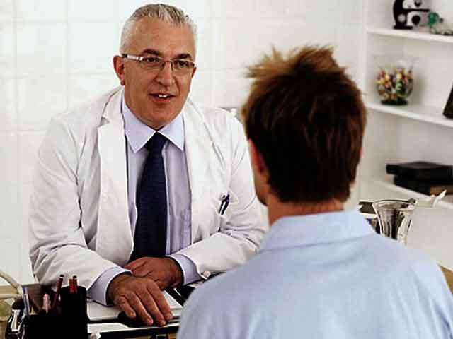 Pacientes atractivos seduciendo al doctor