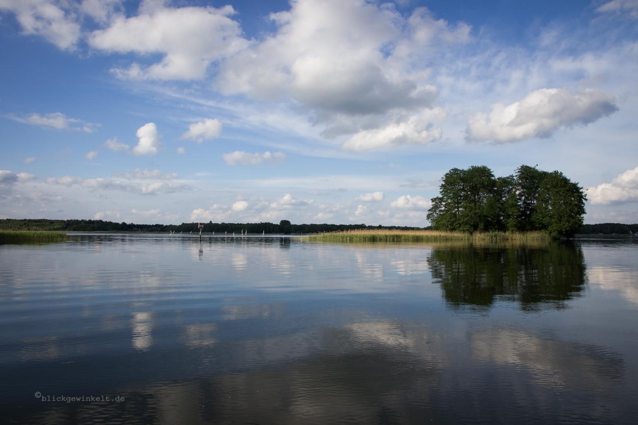 See und Spiegelung mit blauem Himmel