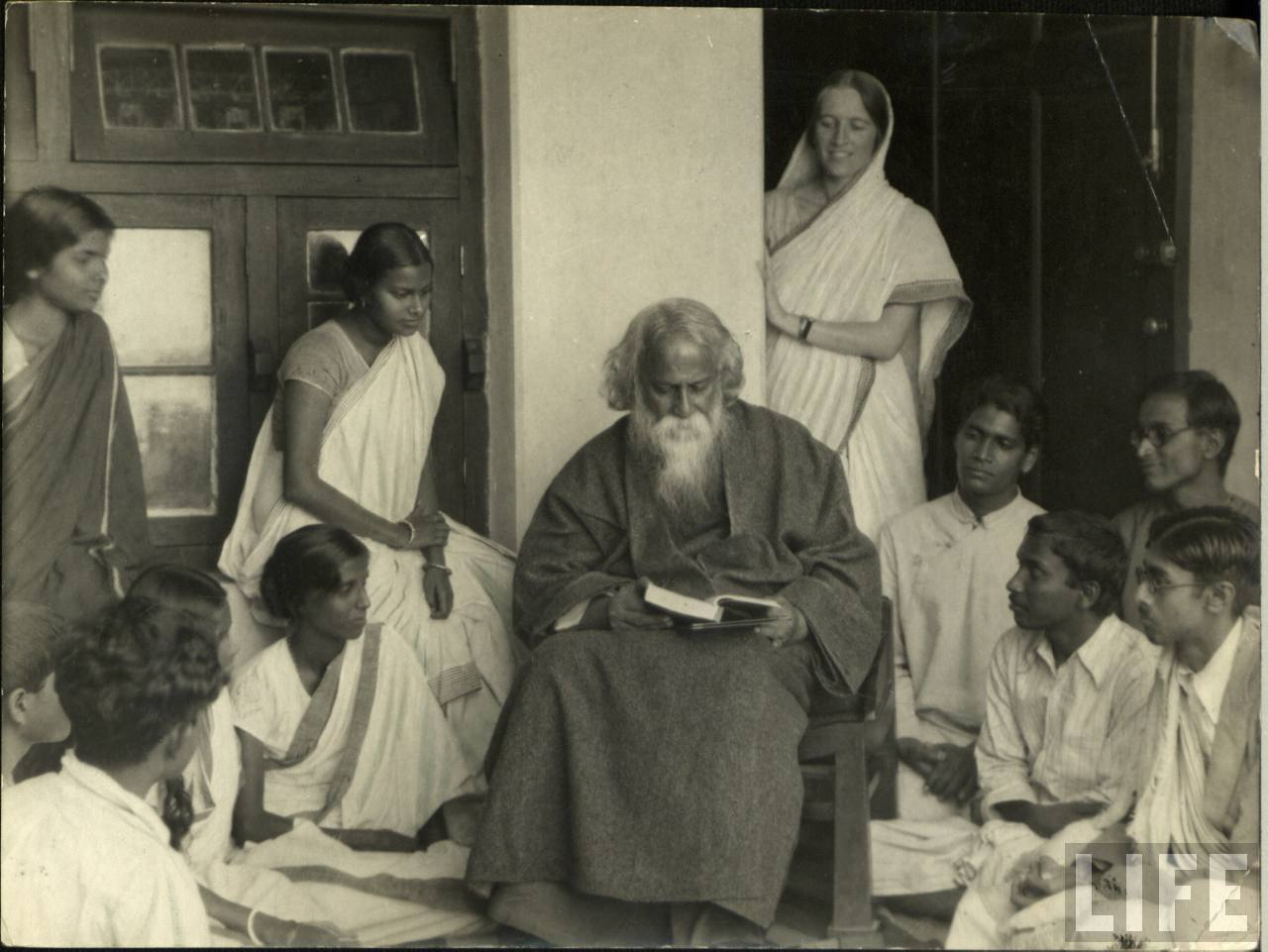 rabindranath tagore contribution to the society Rabindranath tagore rabindranath tagore was born on may 9, 1861 in an affluent family in the jorasanko mansion in kolkata his parents were debendranath tagore and sarada devirabindranath tagore was born in calcutta, india into a wealthy brahmin family.