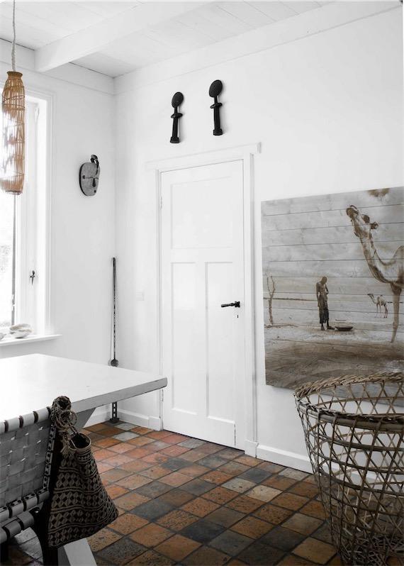 Casa decorada en estilo noretnic con un interior en blanco y originales piezas de artesanía chicanddeco