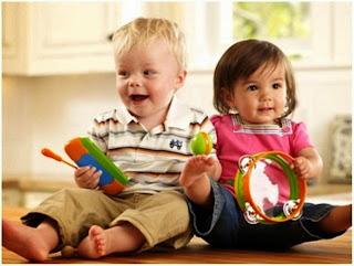 Foto bayi-bayi lucu asyik bermain bersama