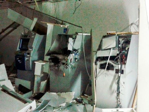 Equipamentos ficaram totalmente danificados com explosão (Foto: Altieres Moraes/Portal Acajutiba News)