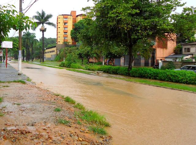 Em Santa Luzia, também na grande BH, chove granizo.