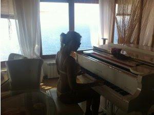 Γνωστή τραγουδίστρια παίζει πιάνο στη Μύκονο μόνο με τα απολύτως απαραίτητα!