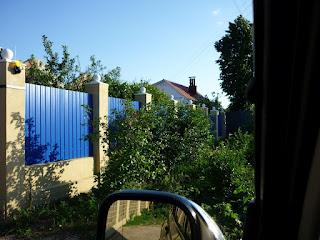 Забор из профлиста с кирпичными столбами. Фото 33