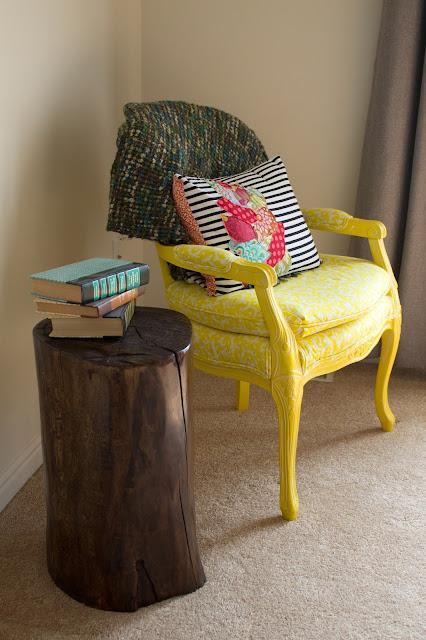 diy tree stump end table debbiedoos. Black Bedroom Furniture Sets. Home Design Ideas