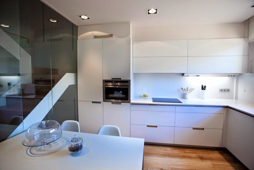 la placa de coccin est ubicada entre dos muebles bajos con un cajn y dos caceroleros cada uno y grupo filtrante gutmann integrado en los