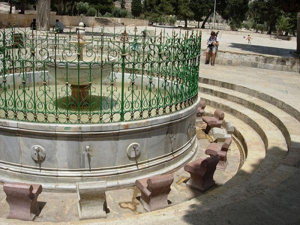 Air mancur al-Kas tempat wudhu.