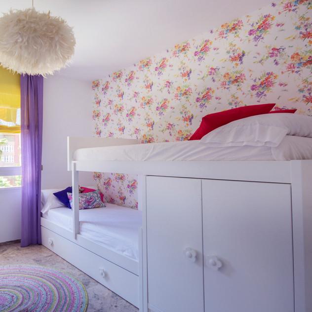 Dormitorio con cama tren
