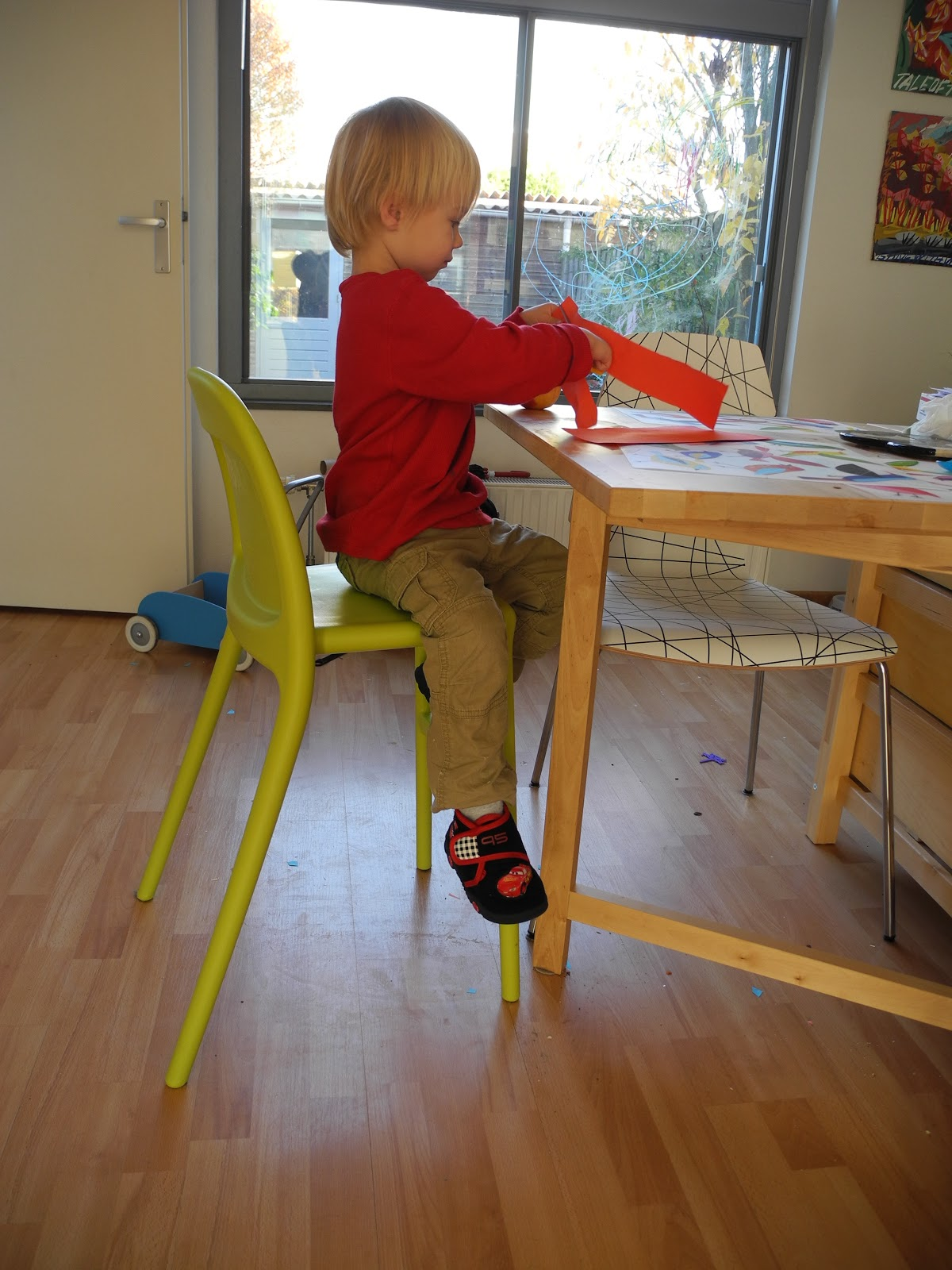 Little man in his urban chair crafting with chaise ikea urban for Chaises scandinaves ikea