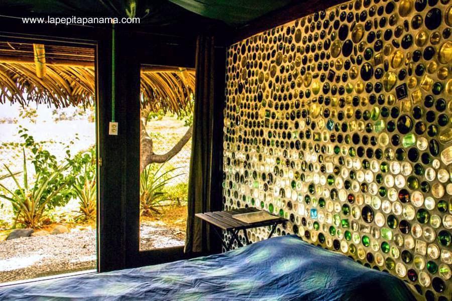 Interior de cabaña ecológica construida con botellas de vidrio