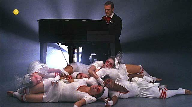 Hugh Laurie tocando el piano