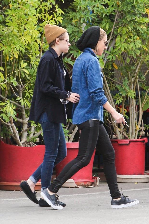 Kristen Stewart walks with new girlfriend