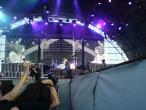 Scorpions, 9 iunie 2011, Loving You Sunday Morning, James Kottak, Klaus Meine (cu spatele) si mainile lui Matthias Jabs (pe ecran)