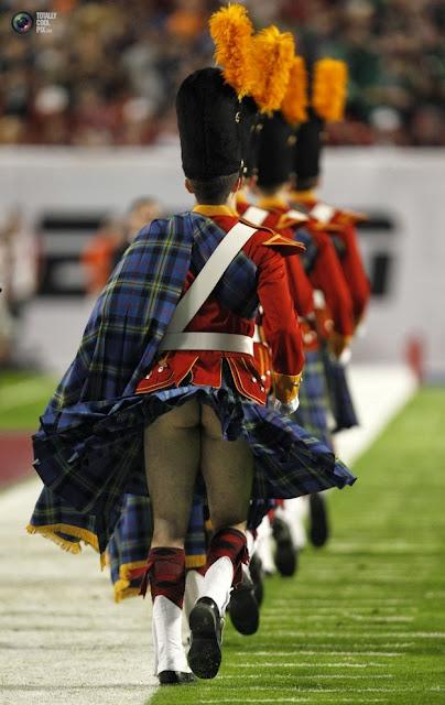 Ветер поднял килт одного из членов оркестра команды Университета Нотр-Дам «Fighting Irish» перед началом футбольного матча между колледжами в Майами, штат Флорида. (Jeff Haynes/REUTERS)