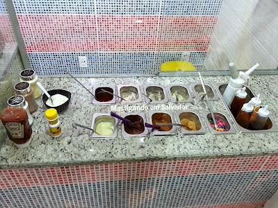 Manneken Fritas e Waffles: Vitrine com ingredientes e molhos
