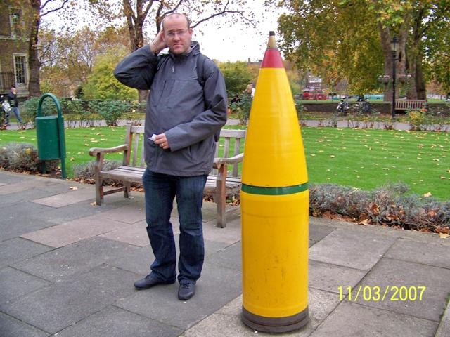 Paco en la entrada del Imperial War Museum de Londres