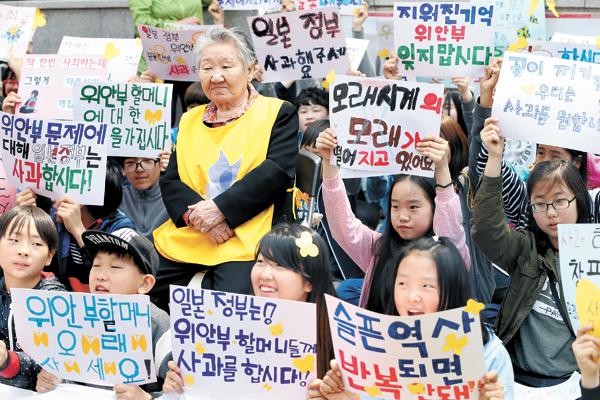 Antigua mujer de consuelo surcoreana protesta ante la embajada de Japón en Seúl