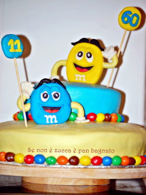 torta m&m's a due piani decorata con mmf