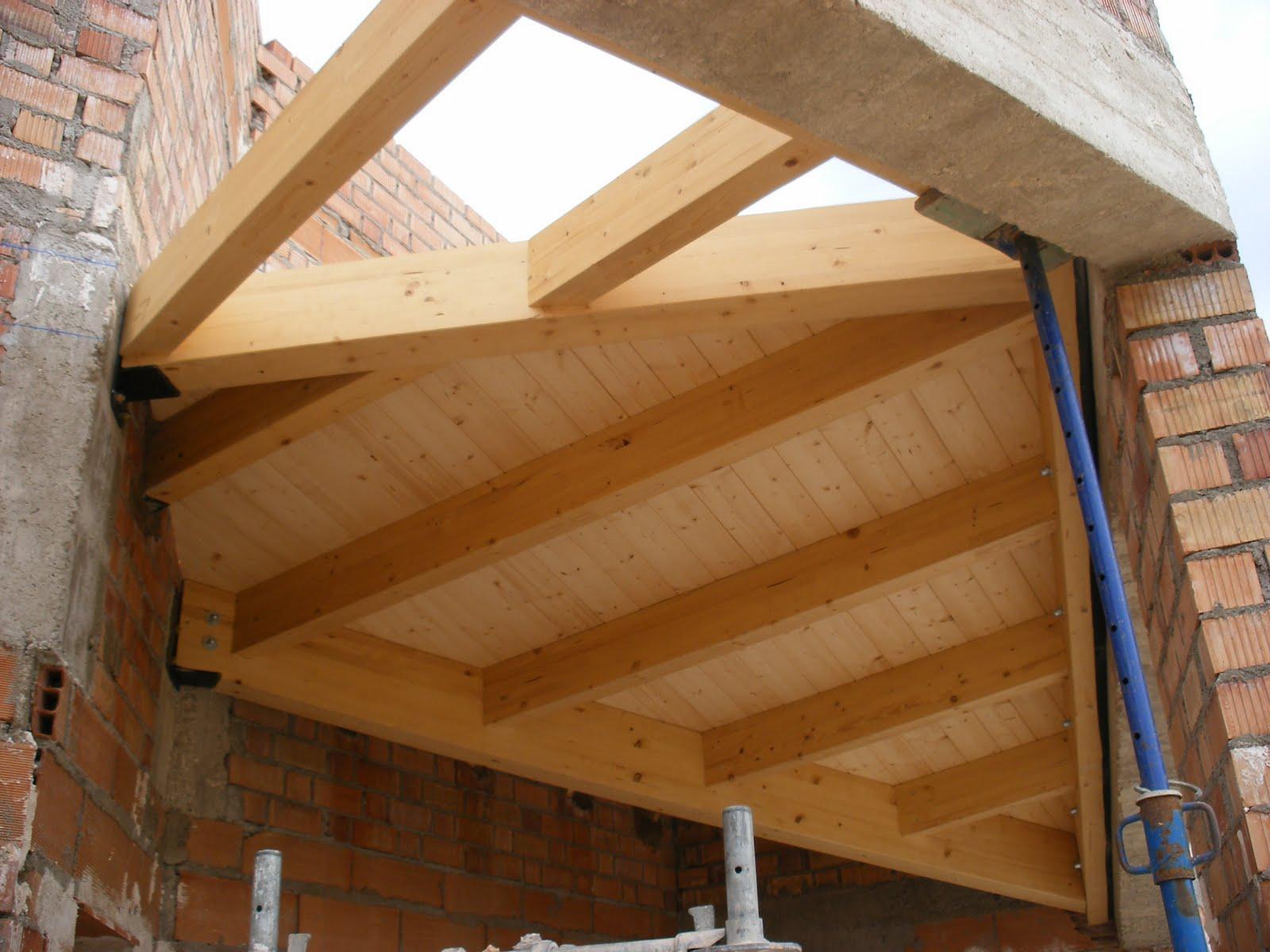Cubierta madera laminada porche sobre bases de piedra - Forjados de madera laminada ...