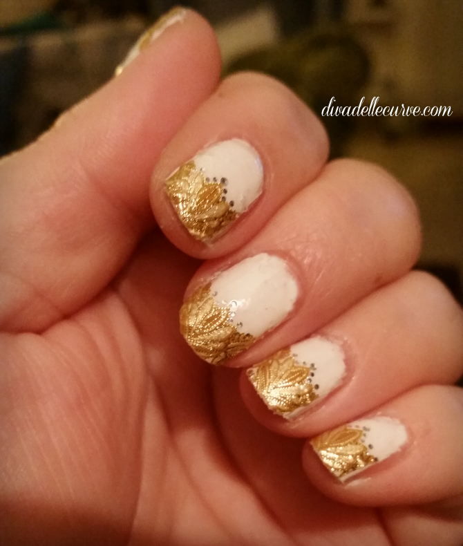 nailart bianco snow in megeve e sticker revlon dorate