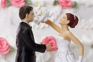 Gnvision - Bolos de casamento engraçados e criativos - Bolo na cara do novo