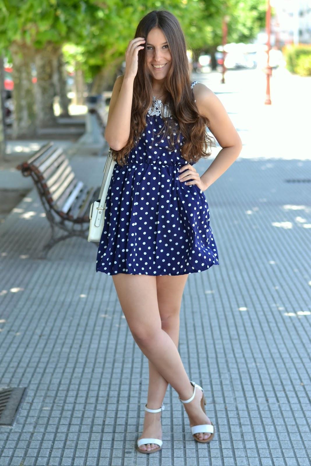 vestido lunares azul y blanco